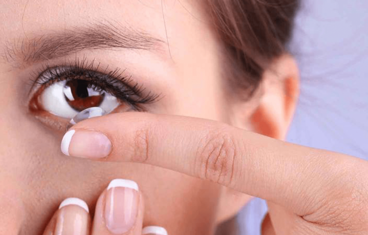 How the contact lenses alter eye bacteria